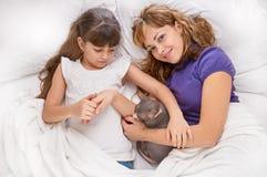 使用与在床上的女儿的母亲 图库摄影