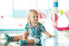 使用与在操场的玩具的逗人喜爱的小男孩在幼儿园 免版税库存图片