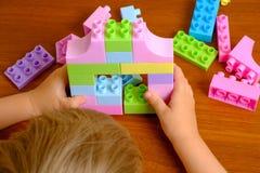使用与在木桌上的建设者的孩子 免版税图库摄影