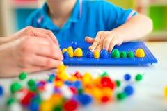 使用与在桌上的教育玩具的男孩 图库摄影