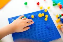 使用与在桌上的教育玩具的男孩 免版税库存照片