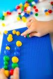 使用与在桌上的教育玩具的男孩 库存照片