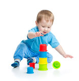 使用与在楼层上的五颜六色的玩具的婴孩 库存照片