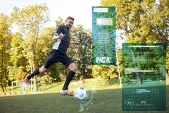 使用与在橄榄球场的球的足球运动员 图库摄影