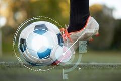 使用与在橄榄球场的球的足球运动员 免版税库存照片