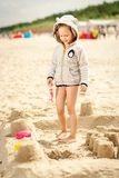 使用与在沙子的一个玩偶的小女孩在海滩 图库摄影