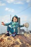 使用与在沙盒的沙子的逗人喜爱的女婴 免版税库存照片