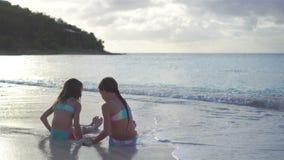 使用与在海滩的沙子的可爱的小女孩 股票录像