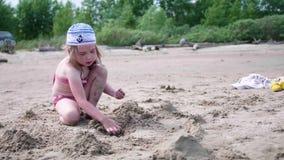 使用与在海滩的沙子的孩子 夏天晴天,好心情 影视素材
