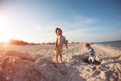 使用与在海滩的沙子的男孩 免版税库存图片