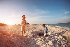 使用与在海滩的沙子的男孩 免版税库存照片