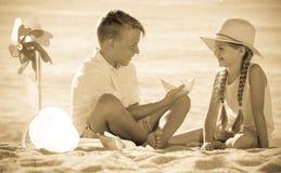 使用与在海滩的玩具一起的两个孩子 库存图片