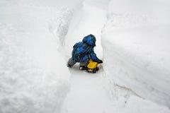 使用与在深雪的玩具卡车的男孩 库存照片