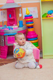 使用与在游戏室的玩具的小女孩 免版税图库摄影