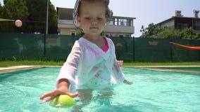 使用与在游泳场的网球的女孩慢动作的 影视素材