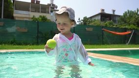 使用与在游泳场的网球的女孩 影视素材
