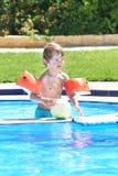 使用与在游泳池的一个球的小男孩 免版税库存图片