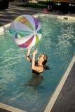 使用与在游泳池的一个球的少妇 库存图片