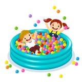 使用与在球水池的五颜六色的球的孩子 免版税库存照片
