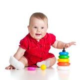 使用与在白色的五颜六色的玩具的女婴 库存图片