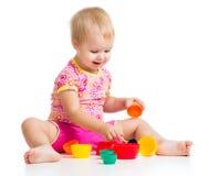 使用与在白色的杯子玩具的微笑的子项 库存照片