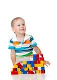 使用与在白色的玩具的逗人喜爱的孩子 库存照片
