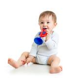 使用与在白色背景的音乐玩具的婴孩 免版税库存图片