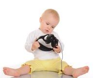 使用与在空白背景的耳机的婴孩 库存照片