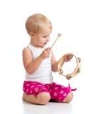 使用与在空白背景的音乐玩具的婴孩 免版税库存照片