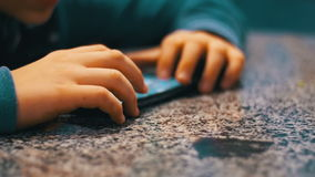 使用与在表上的手机的手孩子 股票录像
