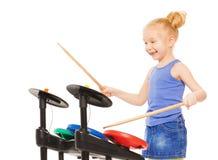 使用与在铙钹的鼓槌的逗人喜爱的小女孩 库存照片