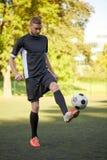 使用与在领域的球的足球运动员 库存图片