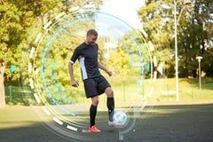 使用与在领域的球的足球运动员 免版税库存照片