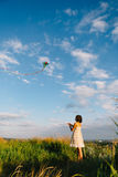 使用与在领域的风筝的女孩 库存图片