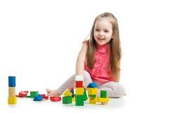使用与块玩具的儿童女孩 免版税库存照片