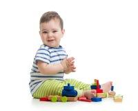 使用与块玩具的男婴 查出在白色 免版税库存照片