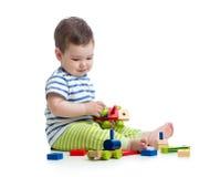使用与块玩具的男婴 查出在白色 库存照片