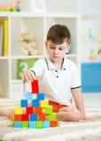 使用与块的孩子在幼儿园 免版税库存照片