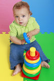 使用与塑料玩具圆环的逗人喜爱的女婴 免版税库存图片