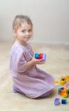 使用与塑料玩具的女孩 免版税图库摄影