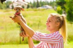 使用与外面小犬座的妇女 免版税图库摄影