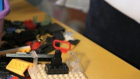 使用与大厦成套工具的孩子 特写镜头 影视素材