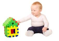 使用与大厦难题的男婴 库存照片