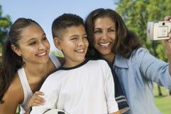 使用与女儿和儿子(13-15)的母亲数字照相机拍摄的自已。 免版税库存照片