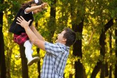 使用与女儿的父亲 免版税库存图片