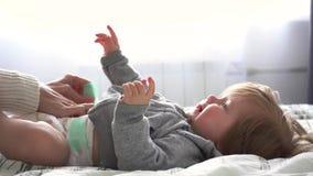 使用与女婴的母亲在卧室 股票录像