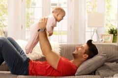使用与女婴的年轻父亲 免版税图库摄影