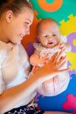 使用与她有同情心的母亲的逗人喜爱的女婴 免版税库存图片