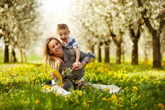 使用与她的儿子的母亲 免版税库存照片