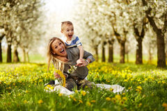 使用与她的儿子的母亲 免版税图库摄影